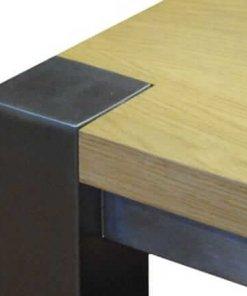 Detail foto van de bovenhoek van een RVS tafelframe en tafelblad