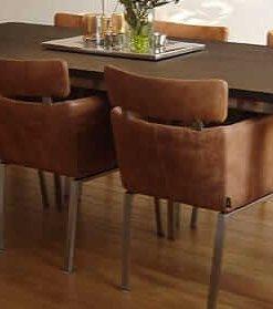 RVS tafelframe in woonkamer met eiken tafelblad