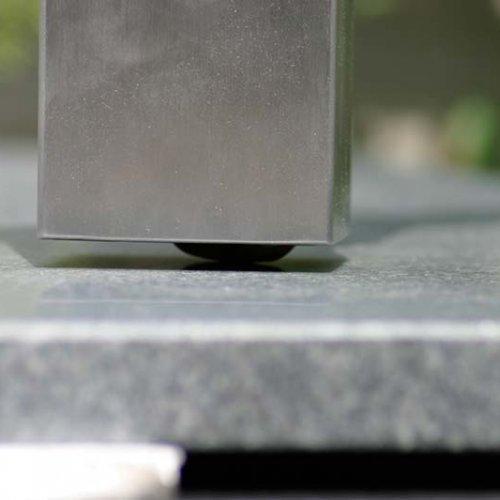 HTI-Ede-maatwerk-detail-verzonken-zwenkwiel-in-poot-RVS-tafel