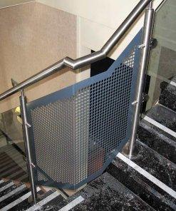 Trap in kantoor gebouw met RVS balustrade met veiligheidsglas en geperforeerde plaat